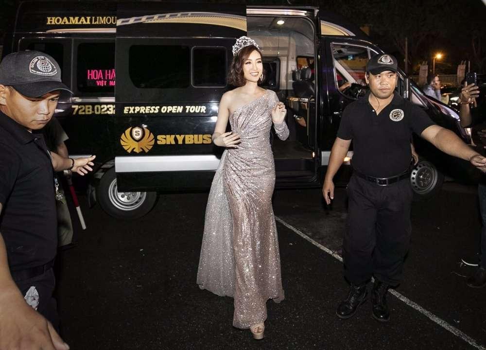 Hoa Hậu Đỗ Mỹ Linh đi xe hạng thương gia SKYBUS