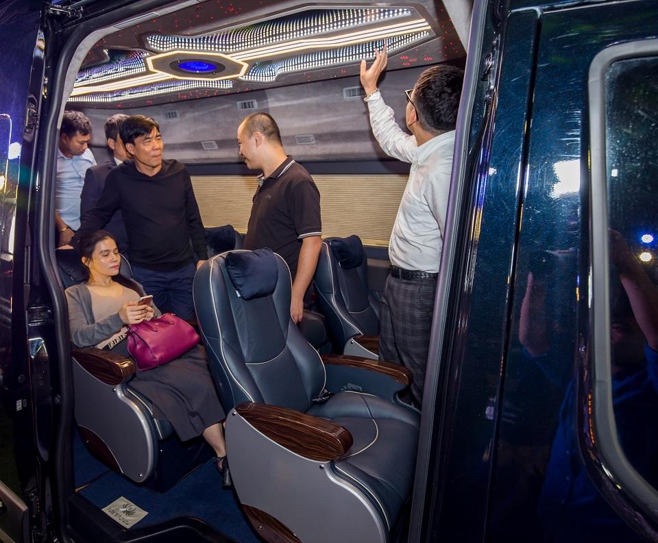 Khách hàng trải nghiệm Solati Limousine 12 chỗ SKYBUS XLL